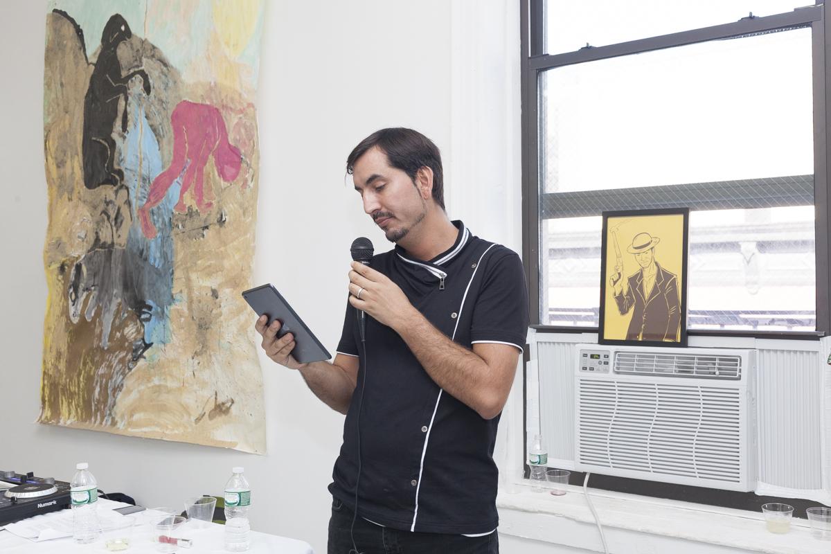 Foto 24 - Carlos Labbé leyendo - foto de Camilo Fuentealba